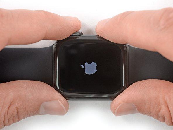 Haal je horloge, voordat je begint met enige reparatie, van de oplader af en laad deze ontladen.