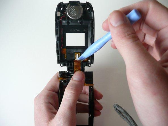 Décollez doucement le fil ruban avec l'outil d'ouverture en plastique.