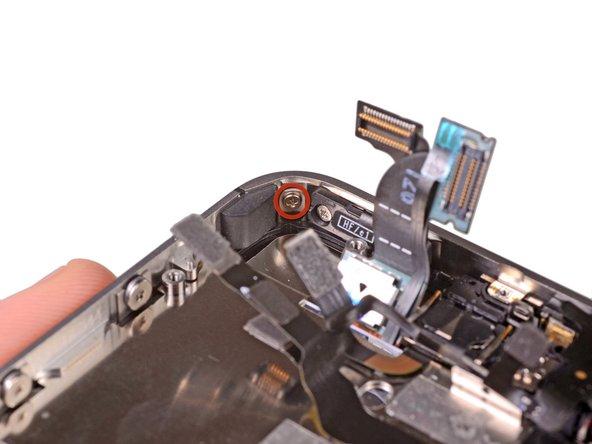 Открутите 1.5 мм Phillips(крестовые) винт рядом с кнопкой питания, держащий дисплей.