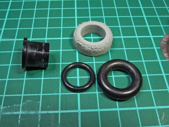 Image 1/3: O-Ringe wie abgebildet auf die Hülse aufschieben.