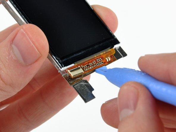 Löse vorsichtig die Displayelektronik mit dem iPod-Öffnungswerkzeug von der Displayhalterung ab.