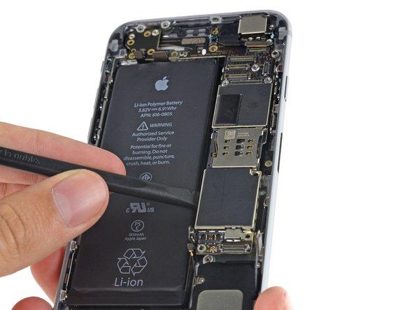 Insérez le spudger au niveau de la protection métallique sous le tiroir de la carte SIM pour éviter d'endommager une puce ou une prise.