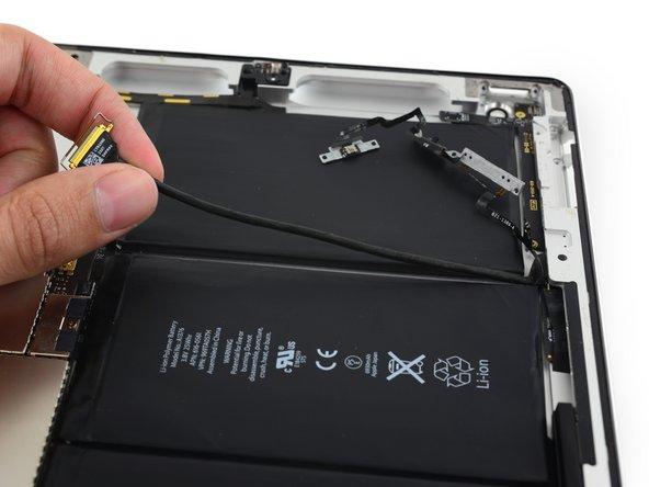 Décollez l'extrémité de la nappe de la carte des composants supérieurs de l'adhésif la fixant à la coque arrière.