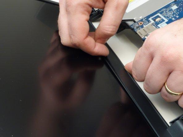Insérez  délicatement l'ongle entre le cadre de l'écran et la vitre de l'écran.