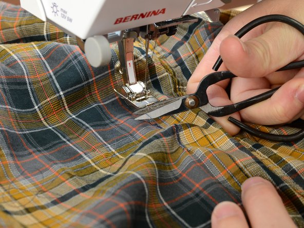 破れた箇所の終わりから1.5センチ下まで縫います。