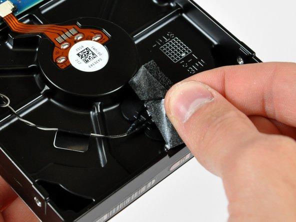 Ziehe das Stück Schaumstoff ab, welches den Thermosensor der Festplatte bedeckt.