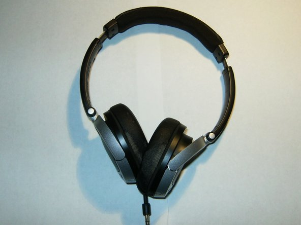 Here is the Bose Tricore OE headset. Slightly worn, it does not produce any sound to the right side driver