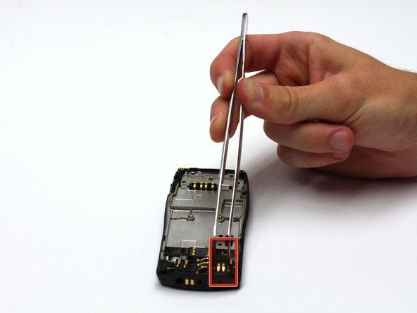 Après avoir retiré le sous-ensemble de la carte de circuit imprimé / face avant, localisez le mécanisme du vibreur.