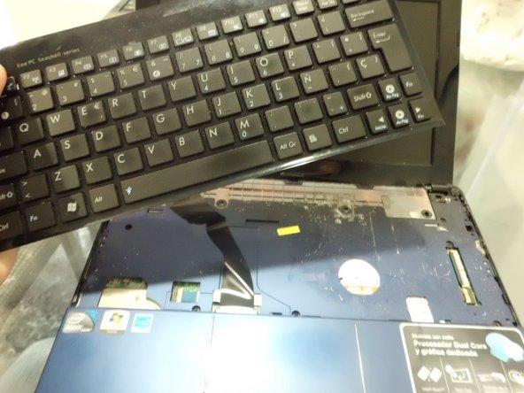 Al separar el teclado del chassis, ten especial cuidado con el bus del mismo. Para removerlo, simplemente desliza el plástico de retención del bus para poder soltarlo.