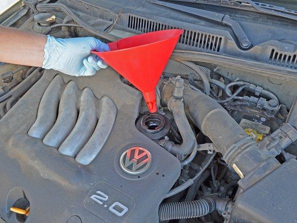 Le moteur 2.0 litres atmosphérique de la Jetta nécessite environs 4,5 litres d'huile. Regardez le manuel de votre véhicule si vous changez l'huile d'une Jetta injection (TDi ou GLi).