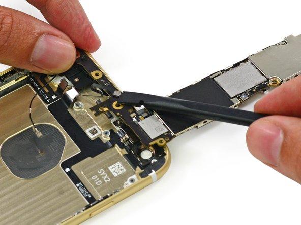 Ma prima di procedere, dobbiamo ricordarci di staccare un connettore di antenna dal fondo della scheda logica.