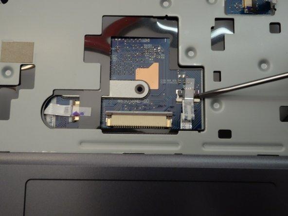 Finalement retirez délicatement le câble plat de son connecteur.