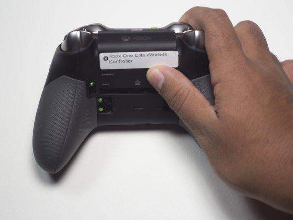 Drehe den Kontroller so, dass die Tasten nach unten zeigen.