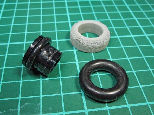 Image 2/3: '''Das Aufziehen der O-Ringe kann u.U. etwas schwer gehen. '''Für die O-Ringe wurde bewußt ein etwas kleinerer Durchmesser als das Außenmaß der Hülse gewählt, damit diese fest auf der Hülse (bzw. Achse) sitzen, nicht durchrutschen und die Kraft somit gut übertragen.