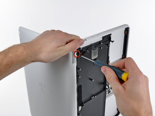 Image 1/1: Remove the last remaining T8 Torx screw securing the display to the upper case.
