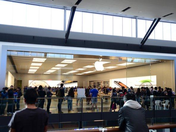 Abbiamo dovuto affrontare delle code davvero molto lunghe per mettere le mani sul nuovo e arrotondato iPhone 6 e quindi siamo molto emozionati all'idea di guardarci dentro!