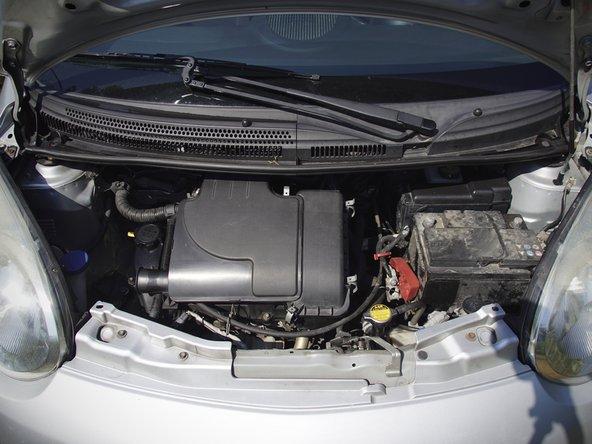 Ouvrez le capot de votre C1 grâce à la manette située sous le volant à gauche en la tirant.