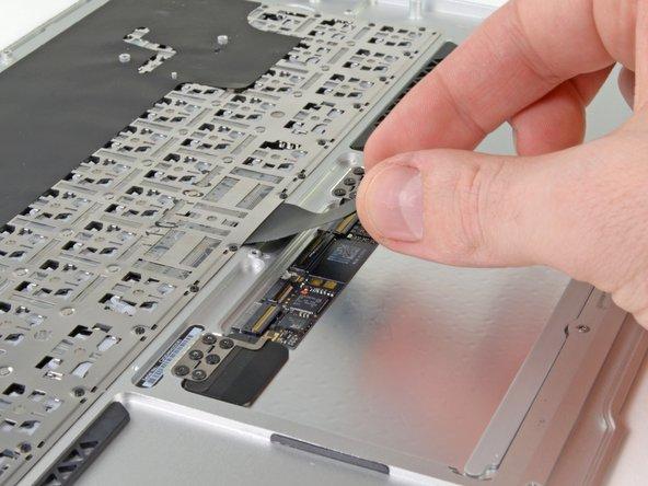 Ziehe das Flachbandkabel zur Tastatur gerade aus seinem Anschluss heraus in Richtung der Vorderkante des Air.