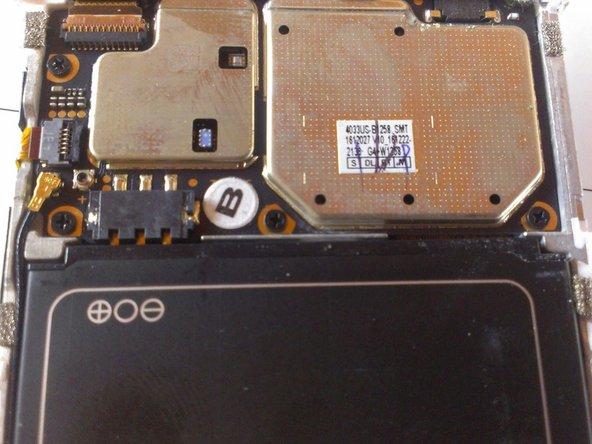 La batería tiene una pequeña muesca para facilitar el retiro; sin embargo la batería está pegada.