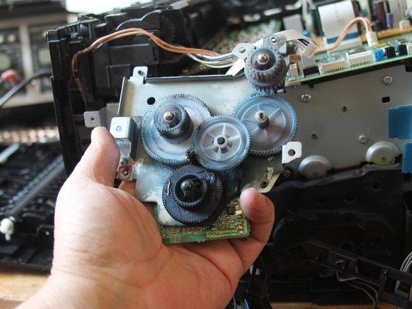 Letztes Foto: So sieht das ausgebaute Hauptgetriebe aus: Das völlig vermatschte (Farbe & Fett) Antriebszahnrad ist das schwarze (unten)