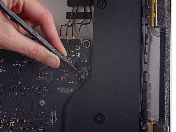 Benutze die Spudgerspitze, um abwechselnd auf jeder Seite des Steckers zum rechten Lautsprecher zu drücken. Er wandert so aus seinem Sockel auf dem Logic Board heraus.