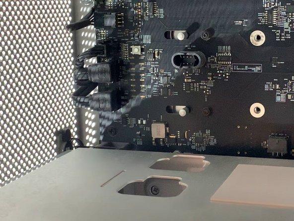 Derrière le support du ventilateur, il y a 2 câbles SATA, une alimentation 4 mini pins et un ventilateur 4 pins