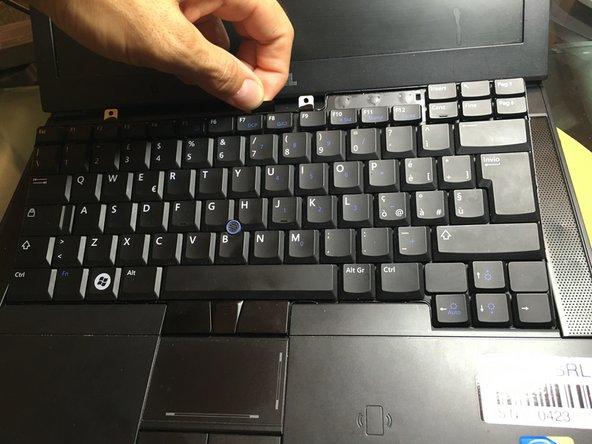 Nuova riga.itilizzare la linguetta nera per tirare indietro e verso l'altro per sganciare la tastiera