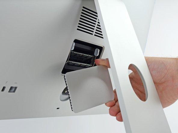 Entferne die RAM Zugangsklappe von der Rückseite des iMac.
