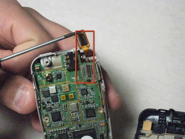 Détachez soigneusement le connecteur d'écran doré.