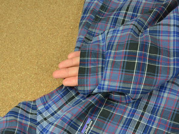 Commencez par examiner la couture concernée. Coupez les fils qui dépassent.
