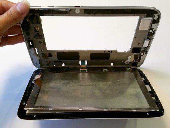 Löse jetzt das Flachbandkabel das die ganze Bildschirmeinheit mit der Hauptplatine verbindet.