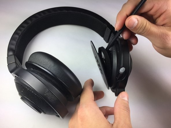 Make sure to insert the spudger in between the foam buffer-ring and the headset casing instead of in between the speaker and the foam buffer-ring.