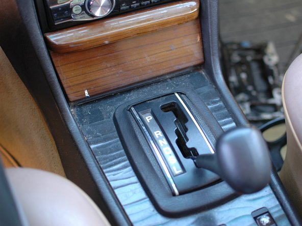 Schaltet zuerst die Zündung aus und setzt die Parkbremse. Es kann gefährlich sein, das nicht zu tun, da du den Schalthebel aus dem Parkposition bewegen musst, um diese Anleitung fortzusetzen.