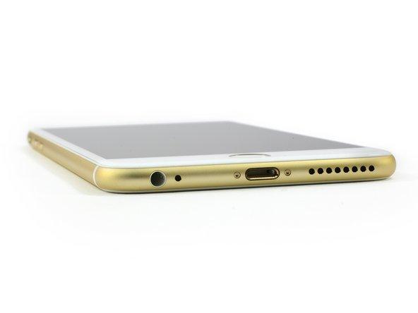 """兩款iPhone 6模型的""""凸点""""摄像头使很多品論者非常懊恼。雖然镜头盖是用蓝宝石玻璃制成的,我們還是很懷疑這個设计选择到底耐不耐用。"""