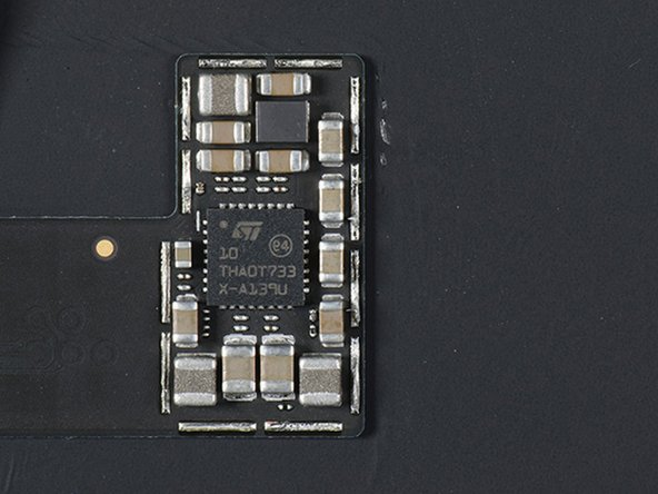 Un controlador de la pantalla táctil Broadcom etiquetado BCM15951B0KUB2G