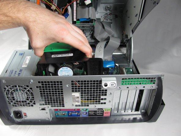 Una vez que suelte el ventilador, levántelo hacia arriba y fuera de la caja.