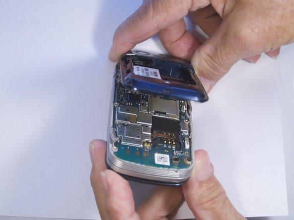 Utilisez le spudger pour séparer le boîtier du téléphone et l'intérieur comme indiqué.