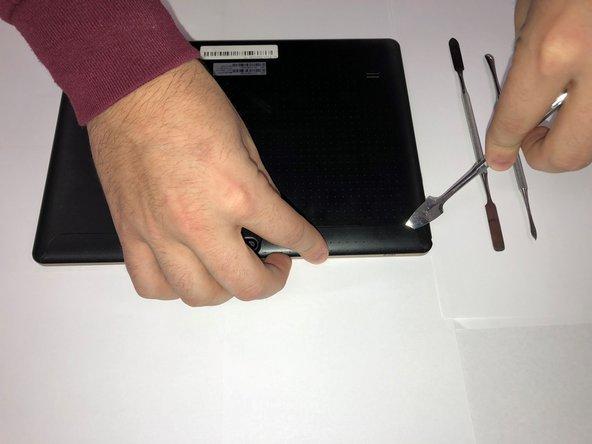 Utilisez spudger pour retirer les petits panneaux situés immédiatement à gauche et à droite de la caméra.