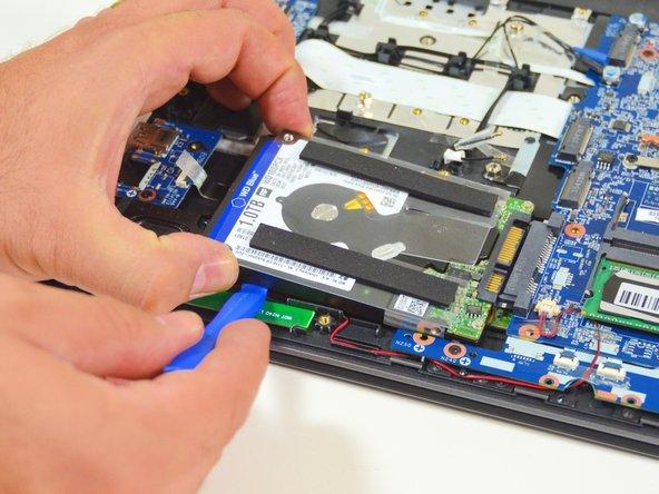 Image 3/3: Schlussendlich ziehen Sie die Festplatte aus seinem SATA Stecker heraus.