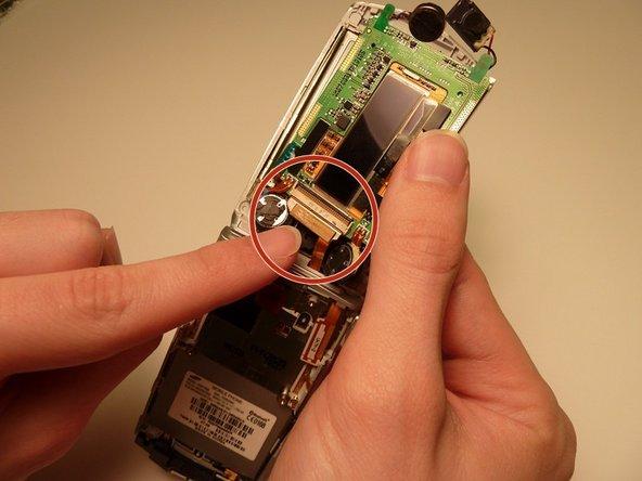 Localisez le connecteur doré qui est attaché à la carte de circuit imprimé.