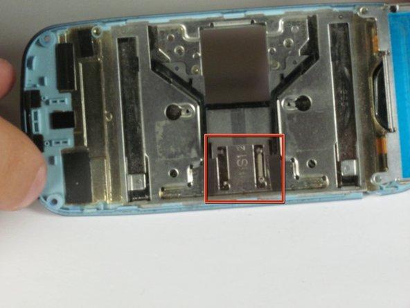 Chacun des deux ressorts sont connectés à deux petites nœuds. Vous devrez peut-être faire glisser le curseur pour voir clairement l'image affichée.