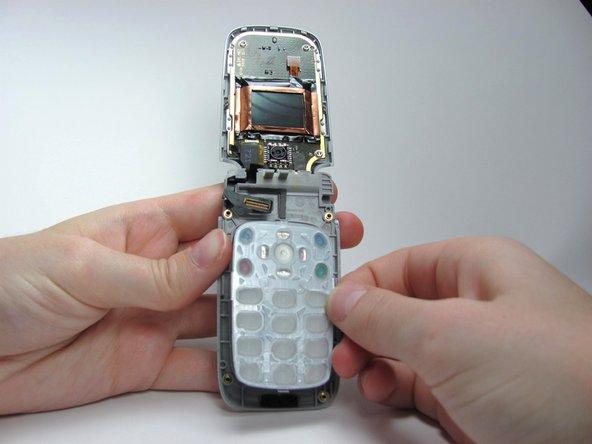 Retirez le clavier du téléphone en soulevant le clavier du téléphone.