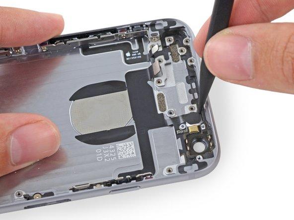 スパッジャーの先端を使って背面ケースのそれぞれの穴からフラッシュとマイクモジュールを丁寧に押し上げます。