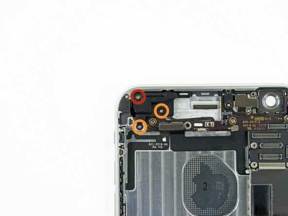 Retirez les vis suivantes, fixant l'antenne cellulaire supérieure à la coque arrière:
