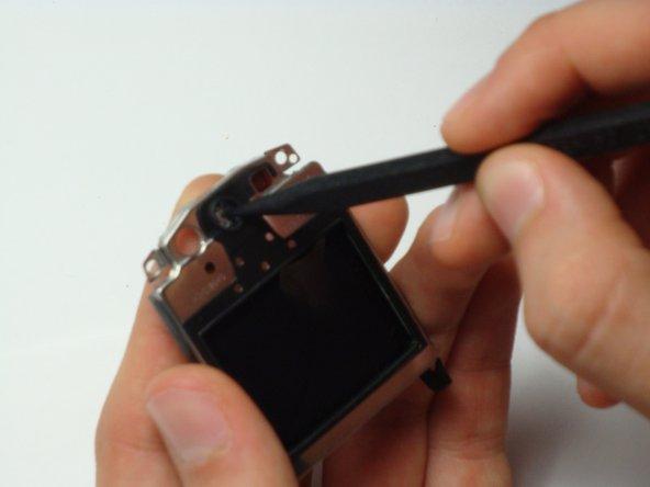 Lorsque l'unité LCD est enlevée, appuyez doucement sur le haut-parleur avec un objet pointu non métallique.