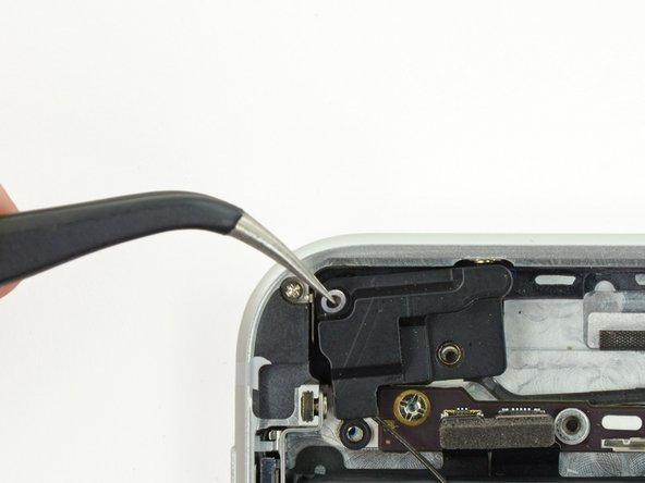 Lors du remontage, assurez-vous de placer la petite rondelle dans le coin supérieur gauche de l'ensemble de l'antenne.