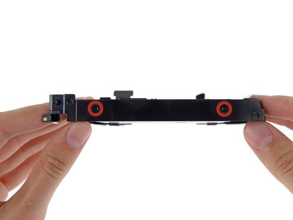 Retire los cuatro (dos en cada lado) tornillos T8 de 6,5 mm que sujetan el disco duro a la bandeja de la unidad.