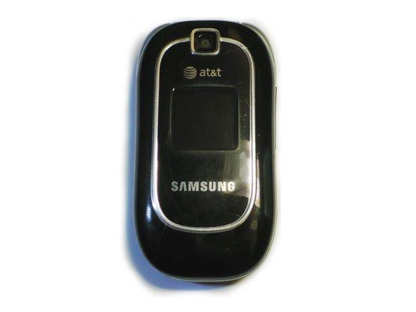 Placez le téléphone face vers le bas pour que le couvercle de la batterie s'affiche.