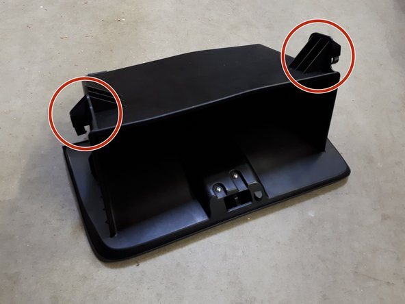 Het interieurfilter bevindt zich achter het handschoenenkastje. Om toegang te krijgen moet het handschoenenkastje worden verwijderd.