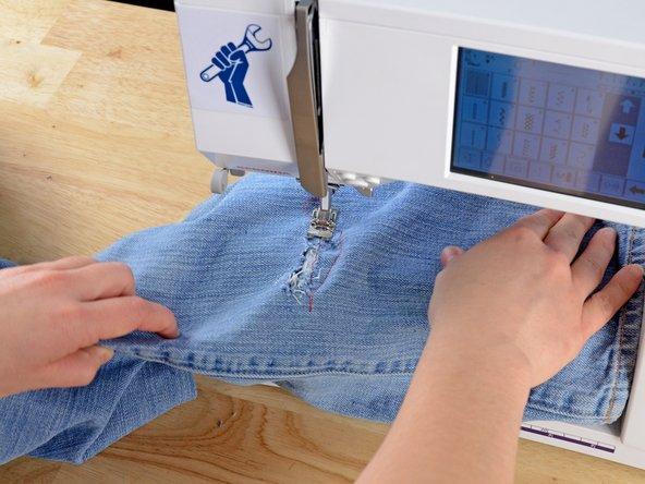 Répétez les étapes 5 et 6, en faisant régulièrement pivoter le vêtement et en faisant des allers-retours jusqu'à ce que la déchirure soit entièrement recouverte.